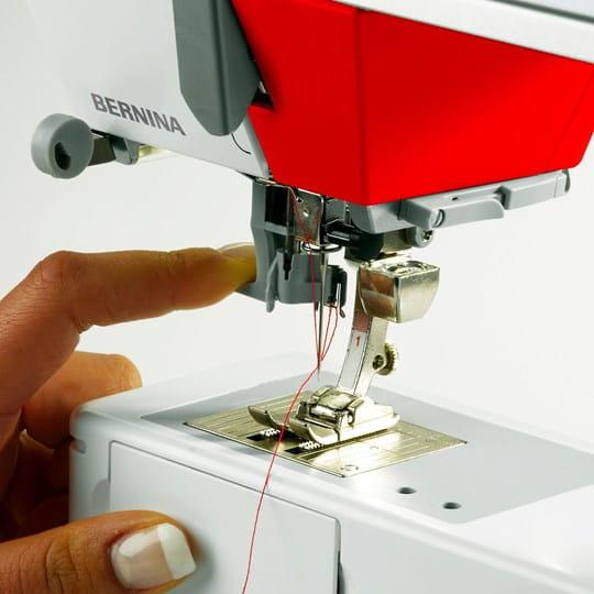 BERNINA 215 Simply Red met halfautomatisch naaldinrijger