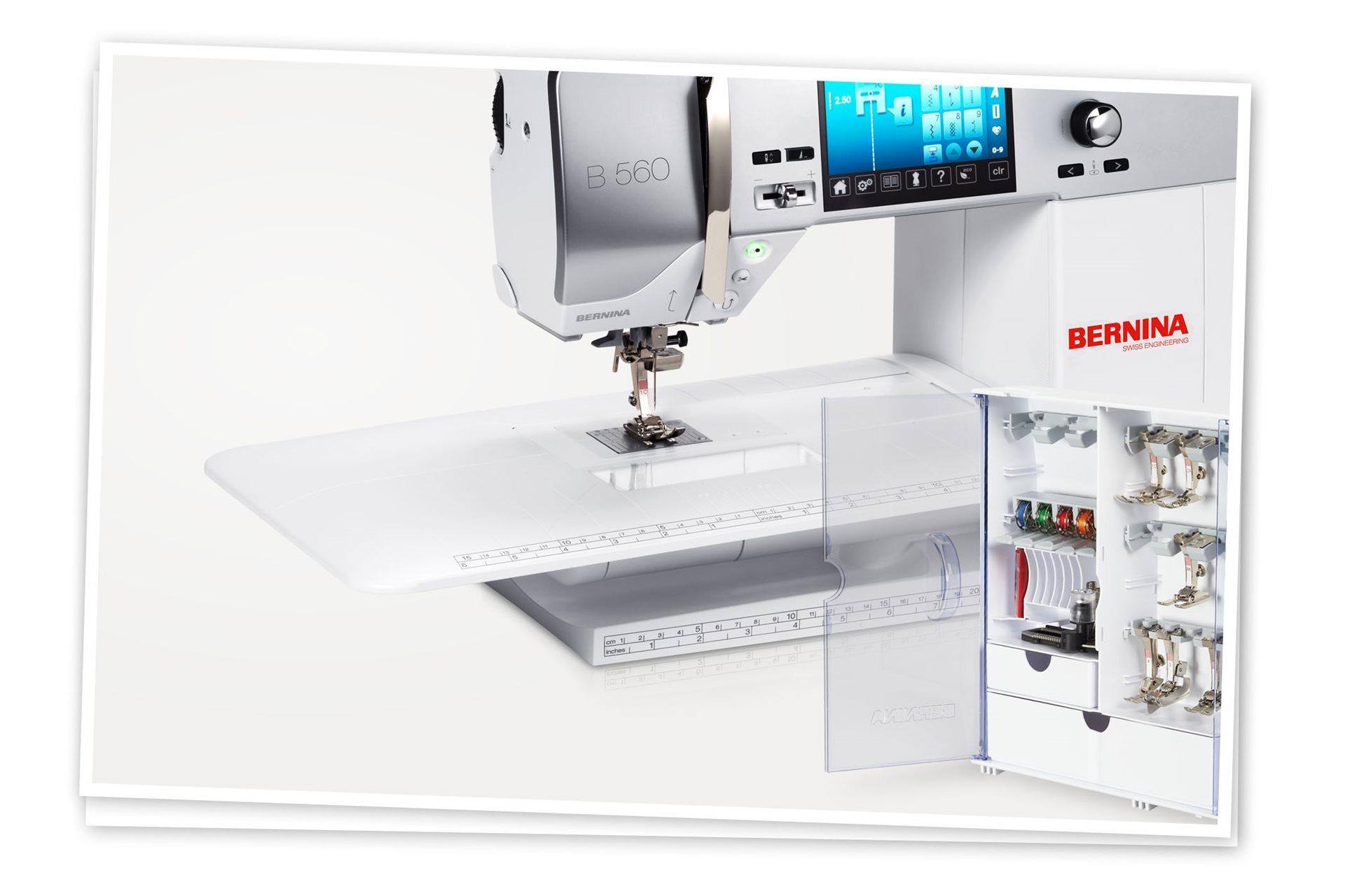 La BERNINA 560 tiene mesa de costura y armario de accesorios